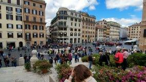 rome r Квадрат 21-ое мая 2019 Испании на яркий солнечный день Группы в составе туристы идут вдоль большой лестницы  сток-видео