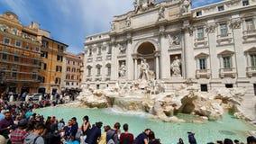 rome r 21-ое мая 2019 большое количество туристов около фонтана Trevi фонтана, известного барочного фонтана и сток-видео