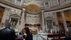 rome r 21-ое мая 2019 много туристов в середине церков пантеона в Риме Популярные туристские назначение и a сток-видео