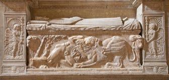 Rome - Samson s strid med lejonet. Lättnad på väggen av gravvalvet från sent. århundrade 15 i den Santa Maria Sopra Minerva kyrkan Royaltyfria Bilder