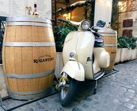 Rome - scooter de Vespa et un baril de vin Photos stock