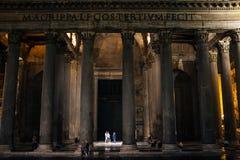 Rome-September 16, 2017-Pantheon vid natt, turister samtalar qui Arkivbild