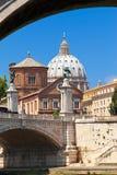 Rome. Sikt av forntida byggnader från under Sant'en Angelo Bridge Fotografering för Bildbyråer