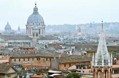 Rome sikt på arkitektur En kan se taken och kupolerna av domkyrkor Royaltyfria Foton