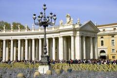 Rome St Peter fyrkantiga barocka kolonnadstatyer av apostlar Royaltyfri Foto