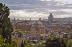 Rome stadshorisont efter regn Kyrka och torn i bakgrund med molnig himmel arkivfoton
