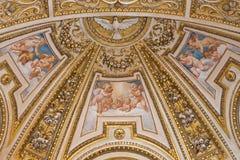 Rome - stuckaturen och freskomålningen i absid av sidokapellet i Basilika di Sant Agostino (Augustine) från 17 cent Royaltyfri Bild