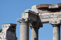 Rome tempel av Saturn i Roman Forum Royaltyfria Bilder