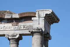Rome, Tempel van Saturn in Roman Forum stock foto's