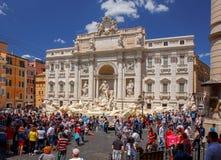 rome Touristes près de la fontaine de TREVI image libre de droits