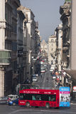rome Turist- röd buss Via del Corso, historisk mitt Royaltyfri Fotografi