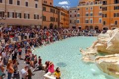 rome Turister nära Trevi-springbrunnen Arkivbilder