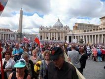 ROME, VATICAN - 28 avril 2014 : la joie des pèlerins polonais au St photos libres de droits