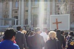 Rome Vatican, Italie - peligrins religieux en basilique de St Peter image libre de droits