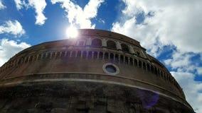 rome W?ochy Maj 21, 2019 lub mauzoleum w Rzym, Grodowy Sant Angelo, Włochy, przeciw niebieskiemu niebu Słońce promieni spojrzenie zbiory