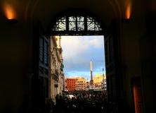 Romein squadre door een voordeur Stock Afbeeldingen