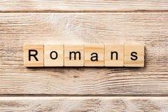 Romeinenwoord op houtsnede wordt geschreven die Romeinentekst op lijst, concept royalty-vrije stock fotografie