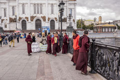 Romen in den alten Kleidern machen einen Dummkopf von den tibetanischen Mönchen am Th Stockbilder
