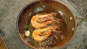 Romero del ajo del sart?n de los camarones de la comida de los mariscos almacen de metraje de vídeo