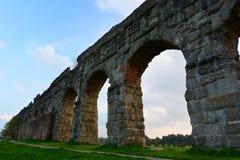 Romersk akvedukt. Parco degli Acquedotti, Roma fotografering för bildbyråer