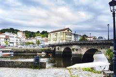 Romersk bro över Ria de Betanzos med en stark ström och Arkivfoton