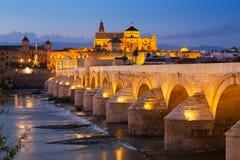 Romersk bro i afton cordoba spain Arkivbilder