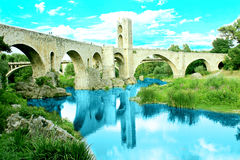 Romersk bro i Besalú, Girona (Catalonia, Spanien) Arkivfoto