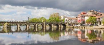 Romersk bro i den historiska staden Chaves Arkivbilder
