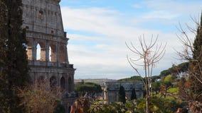 Romersk coliseum på en bakgrund av blå himmel med moln stock video