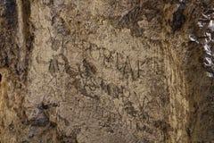 Romersk inskrift på slottbrant klippa i TrenÄ  Ãn fotografering för bildbyråer