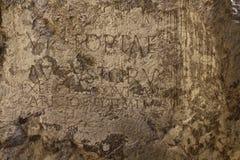 Romersk inskrift på slottbrant klippa i TrenÄ  Ãn royaltyfria bilder