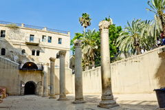 ROMERSK KOLONN I CARDO-GALLERI I JERUSALEM Royaltyfria Bilder
