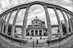 Romersk kolonn och basilika av San Lorenzo i Milan, Italien Arkivbilder