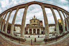 Romersk kolonn och basilika av San Lorenzo i Milan, Italien Arkivbild