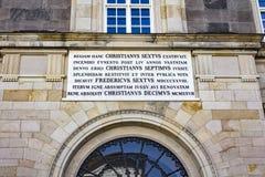 Romersk scripture på en regerings- byggnadsingång i Köpenhamnen, Danmark royaltyfri foto