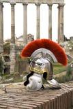 Romersk soldathjälm framme av Forien Imperiali, Rome, Italien Arkivfoton