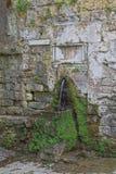 Romersk springbrunn - sidosikt Arkivfoton