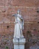 Romersk staty på huset av vestalsna i Roman Forum, Rome, Italien arkivbilder