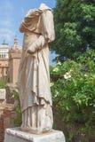 Romersk staty utan huvud i forum Romanum rome italy arkivbild