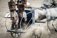 Romersk triumfvagn i en kamp av gladiatorer, blodig cirkus Royaltyfri Fotografi