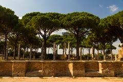 Romerska byggnader och pelare på Ostia Antica Italien med stenstiftet Royaltyfri Foto
