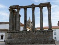 Romerska kolonner fördärvar in i Evora, Portugal arkivfoton