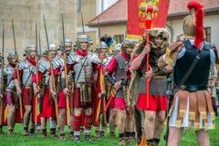Romerska soldater i striddräkten, Alba Iulia, Rumänien arkivbilder