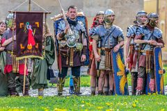 Romerska soldater i striddräkten, Alba Iulia, Rumänien royaltyfria bilder