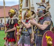 Romerska soldater i striddräkten, Alba Iulia, Rumänien royaltyfria foton