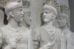 Romerska soldater i vit marmor Fotografering för Bildbyråer