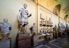 Romerska statyer i det Vatican museet i Rome Arkivbild