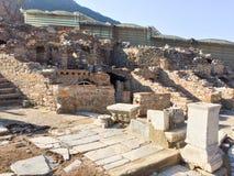 Romerska stenpelare och terrasserade hosues fördärvar på vägsida i ep royaltyfri bild