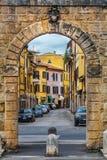 Romerska väggar och romersk port på piazzadellaen Repubblica i Rieti i Italien Fotografering för Bildbyråer