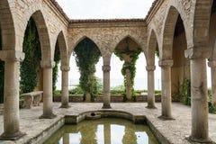 Romerskt bad i gården av den Balchik slotten, Bulgarien arkivbild